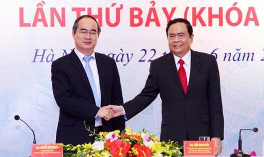 Nguyên Chủ tịch MTTQ Việt Nam Nguyễn Thiện Nhân và tân Chủ tịch Trần Thanh Mẫn - Ảnh: Người lao động.