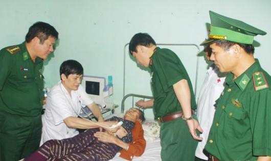 Khám bệnh cho các bệnh nhân người Lào ở Khăm Cợt. Ảnh: Báo Nghệ An.