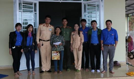 Tặng quà 5 gia đình có công với cách mạng tại Đăk Nông