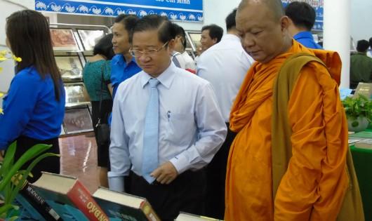 Lãnh đạo và đông đảo người dân đến tham dự buổi triển lãm.