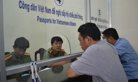Phòng xuất nhập cảnh Công an Đồng Nai đang giải quyết hồ sơ cho người dân.