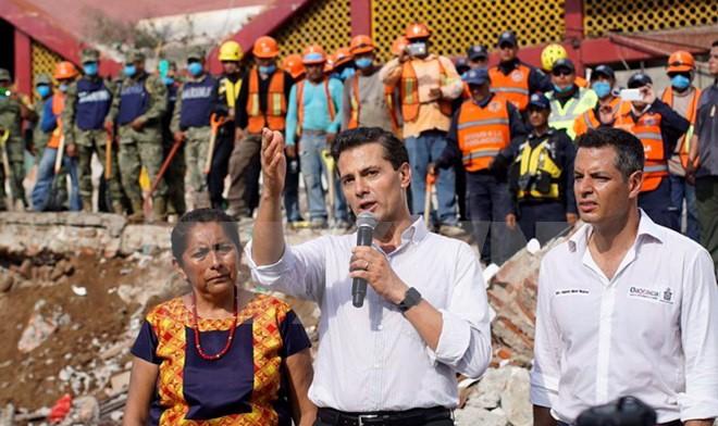 Tổng thống Mexico Enrique Pena Nieto (giữa, phía trước) tới thăm thành phố Juchitan de Zaragoza, bang Oaxaca sau động đất ngày 8/9. (Nguồn: THX/TTXVN)