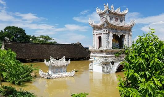 Lũ sông lên cao, ngôi đình ngoài đê sông Hoàng Long ở xã Gia Lạc (Gia Viễn, Ninh Bình) ngập sâu 3m. Ảnh: Việt Linh.
