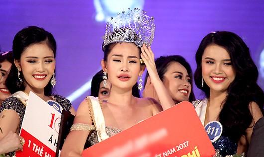 Hoa hậu Ngân Anh (giữa) khóc khi nhận danh hiệu.