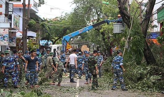 Bộ đội hỗ trợ khắc phục thiệt hại mưa bão ở TP. Nha Trang vào sáng nay, 5/11. Ảnh: Báo Khánh Hòa