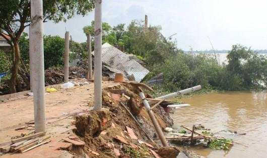 Sạt lở cuốn trôi 4 căn nhà ở Bến Tre xuống sông