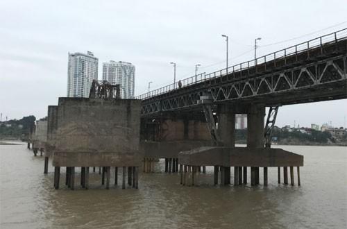 Phát hiện bom từ thời chiến tranh dưới cầu Long Biên