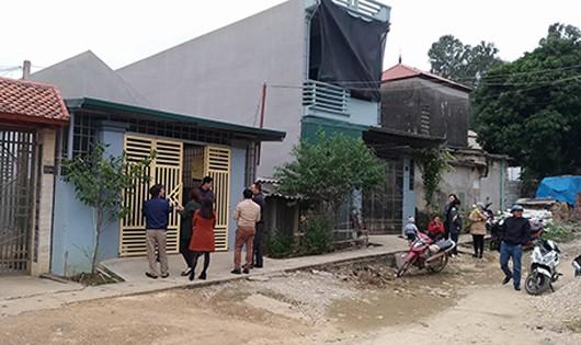 Vợ chồng anh Thuận sống tại căn nhà cổng màu vàng. Ảnh: Lam Sơn.
