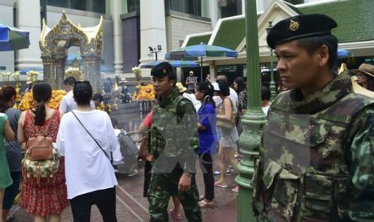 Cảnh sát Thái Lan tuần tra tại đền Erawan ở thủ đô Bangkok. (Nguồn: AFP/TTXVN)