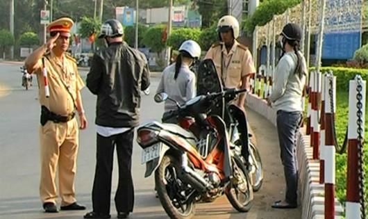 Lái xe máy chỉ mang theo giấy hẹn nhận GPLX có bị phạt không?