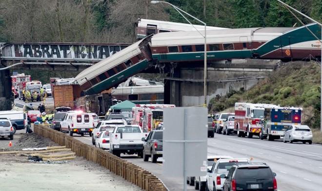 Tai nạn kinh hoàng: Tàu trật đường ray lao xuống cao tốc ở Mỹ