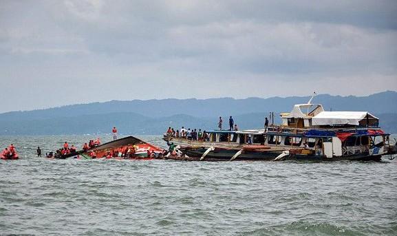 Lật phà chở hơn 250 người ngoài khơi Philippines