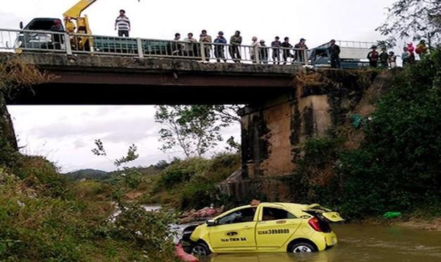 Hai ô tô rơi xuống sông, 2 cán bộ thiệt mạng, 4 người bị thương