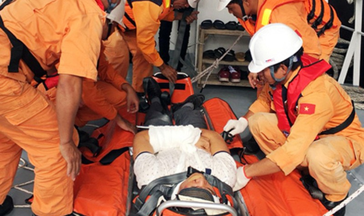 Một trong hai thuyền viên bị thương được sơ cứu ngay trên tàu. Ảnh: VMRCC