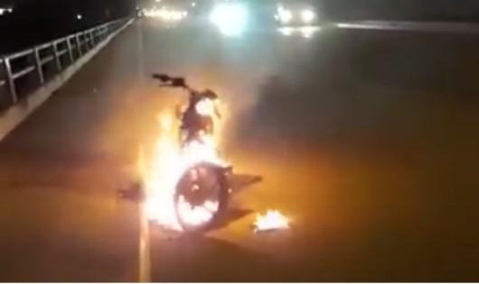 Chiếc xe bị đốt cháy.