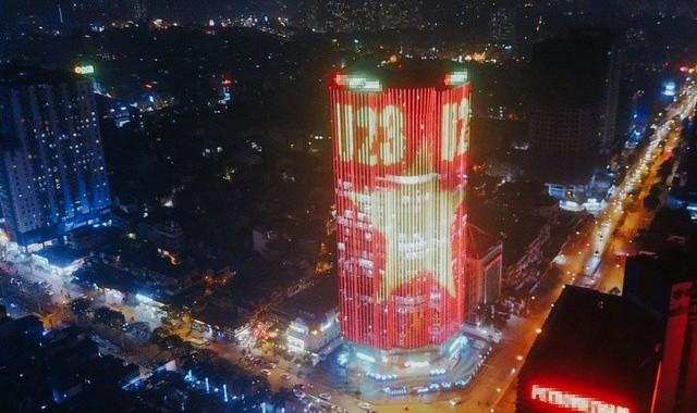 Cả một tòa cao ốc rực sáng quốc kỳ cổ vũ U23 Việt Nam