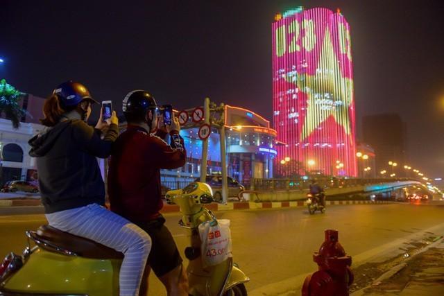 Một số người dân đi qua ngã tư Láng Hạ Huỳnh Thúc Kháng, Thái Hà đã nán lại để lưu giữ hình ảnh hiếm có này.
