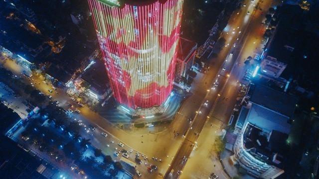 Một tòa nhà cao tầng nằm giữa ngã tư Láng Hạ, Thái Hà (Hà Nội) đã chạy đèn led nổi bật, cổ vũ đội tuyển U23 Việt Nam trước giờ bóng lăn.