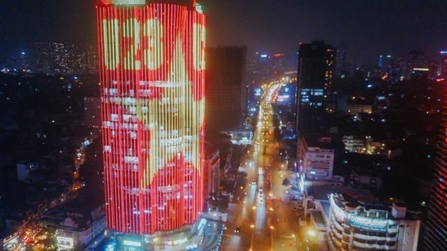 Hiệu ứng đèn led nhuộm đỏ cả một góc trời Hà Nội