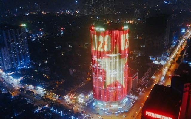 Hình ảnh quốc kỳ nhuộm đỏ toàn bộ mặt tiền tòa nhà cao ốc.