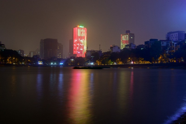 Một góc nhìn khác từ hồ Hoàng Cầu hướng về phía tòa nhà.