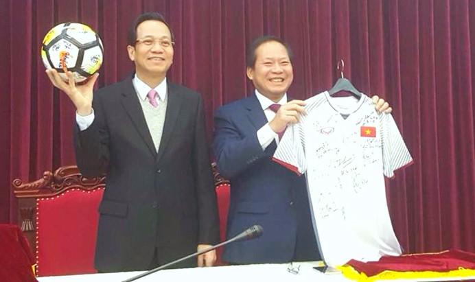 Bộ trưởng Bộ Thông tin và Truyền thông Trương Minh Tuấn và Bộ trưởng Bộ Lao động, Thương binh và Xã hội Đào Ngọc Dung với quả bóng và áo đấu của Đội tuyển U23 Việt Nam.