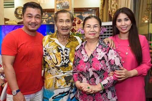Lý Hương (phải) bên cạnh anh trai Lý Hùng và bố mẹ.