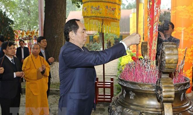 Chủ tịch nước thành kính dâng hương, thả chim phóng sinh tại Điện Kính Thiên