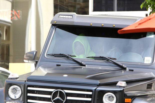 Justin Bieber trông âu sầu trong xe khi đợi bố mua đồ ăn.