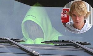 Justin Bieber bưng mặt u sầu trong xe sau khi chia tay Selena Gomez