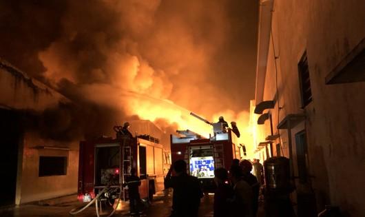 Lực lượng PCCC đang khống chế đám cháy.