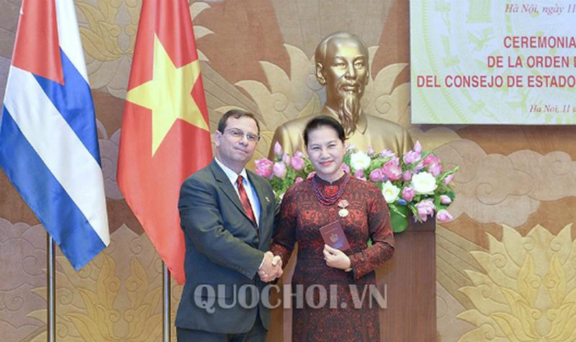 Chủ tịch Fernando Gonzalez Llort thay mặt Hội đồng Nhà nước Cuba trao Huân chương tặng Chủ tịch Quốc hội Nguyễn Thị Kim Ngân.