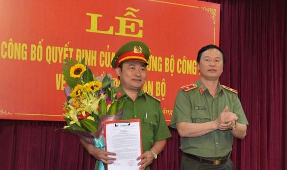 Thiếu tướng Bùi Minh Giám, Phó Tổng cục trưởng Tổng cục Chính trị Công an nhân dân trao quyết định của Bộ trưởng Bộ Công an cho Đại tá Nguyễn Hữu Hưng.