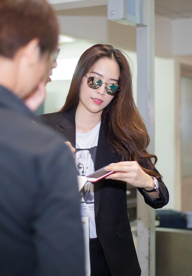 Sau nhiều biến cố trong gia đình, chuyện kinh doanh không như ý và đặc biệt là sau những lùm xùm tình cảm, Nam Em bất ngờ xuất hiện tại sân bay Tân Sơn Nhất.