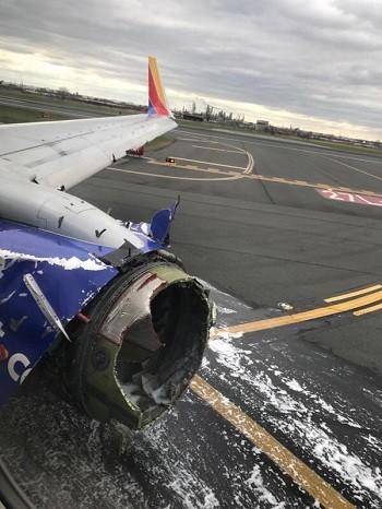 Động cơ phát nổ làm vỡ kính cửa sổ và làm hư hại một phần thân máy bay. Ảnh: CBS.