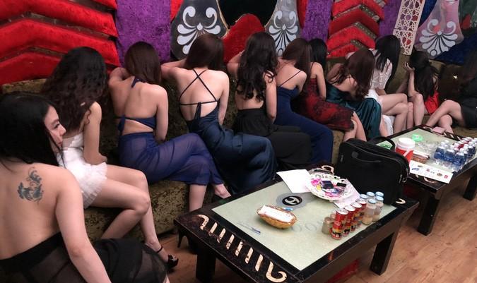 Phục kích 'nhà hàng thác loạn', bắt loạt cô gái 'mặc như không' đang 'chiều' khách