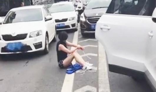 Cô gái Trung Quốc bị bắt cóc văng khỏi cốp xe sau va chạm