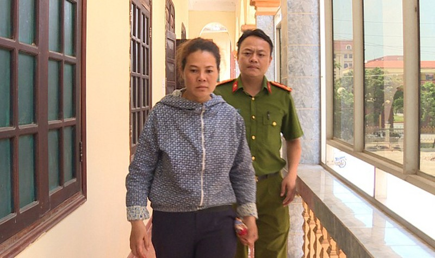Đối tượng Nguyễn Thị Huyền bị dẫn giải về cơ quan điều tra