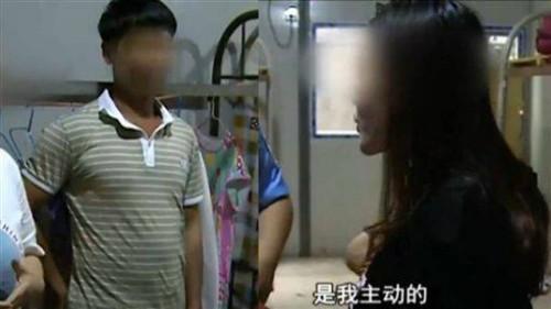 Anh Zhang (áo kẻ) và người vợ tại đồn cảnh sát. Ảnh: Today.