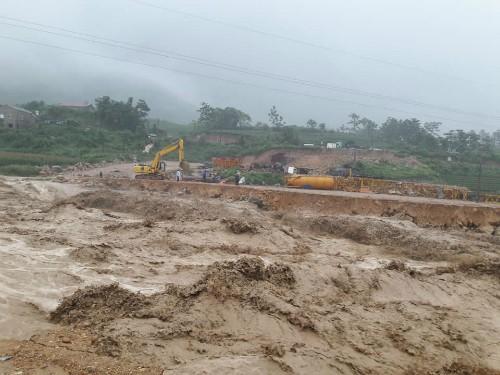 Lũ cuộn qua quốc lộ 279 nối Lào Cai và Lai ChâuẢnh: Phúc Trương.