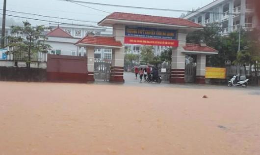 Đường trước điểm thi Trường THPT chuyên Hà Giang sáng nay ngập sâu do mưa lớn. Ảnh: Báo Hà Giang.