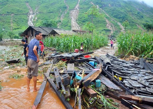 Người dân Quản Bạ (Hà Giang) ngậm ngùi nhìn ngôi nhà chỉ còn lại đống gỗ ngổn ngang. Ảnh: Báo Hà Giang