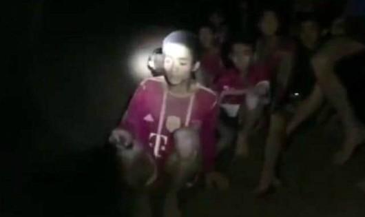 Nhóm cầu thủ thiếu niên cố nằm im, uống nước từ nhũ đá trong hang để cầm cự.