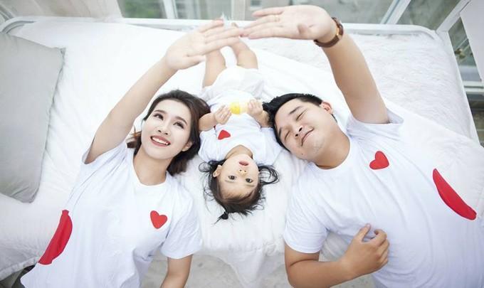 Gia đình Võ Thanh Hòa - Mai Bảo Ngọc mặc đồng phục, thực hiện bộ ảnh kỷ niệm bé Sâm tròn một tuổi.