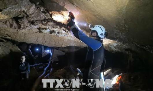Lực lượng cứu hộ tìm cách giải cứu các thành viên đội bóng thiếu niên mắc kẹt bên trong hang Tham Luang ở tỉnh Chiang Rai, Thái Lan ngày 3/7. Ảnh: THX/ TTXVN