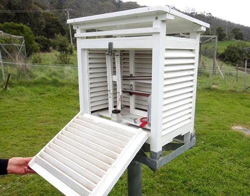 Stevenson Screen chứanhiệt kế đo nhiệt độ không khí được thiết kế bằng gỗ, sơn màu trắng, có các khe thoáng khí ở bên, đặt trên mặt cỏ cao khoảng 1,5 mét.
