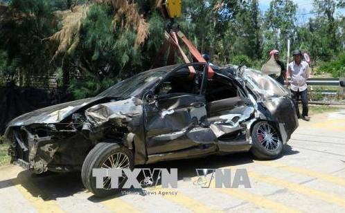 Chiếc xe ô tô bị biến dạng hoàn toàn sau vụ tai nạn. Ảnh: Xuân Triệu/TTXVN