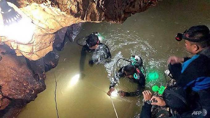 Các thợ lặn lần mò lối đi bằng một sợi dây thừng dẫn từ cửa hang tới chỗ các cậu bé trú ẩn. Ảnh: AFP.