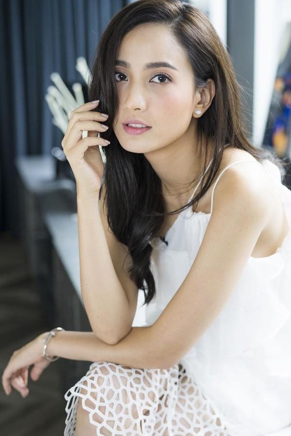 Nữ diễn viên Green Ausadapornsinh ngày 14/9/1989 tại Nonthaburi, Thái Lan. Cô gia nhập làng giải trí từ năm 2008 với một số bộ phim như Khu rừng tình yêu, Hủ nữ rừng sâu& Năm 2013, người đẹp ký hợp đồng với kênh truyền hình Thái Lan CH7 và được khán giả biết đến nhiều hơn. Cùng năm, bộ phim Tears of Pearl hợp tác cùng tài tử nổi tiếng Vee Veraparb Suparbpaiboon của cô vinh dự trở thành một trong những tác phẩm truyền hình có rating cao nhất năm. Sở hữu chiều cao 172cm và thân hình quyến rũ, cô được nhiều tạp chí và thương hiệu thời trang săn đón. Dự án truyền hình do đài CH7 sản xuất có sự góp mặt của Green mang tên Kim cương tình yêu sẽ công chiếu trong năm nay. Hiện tại, người đẹp dành thời gian để nghỉ ngơi bên gia đình và bạn bè.
