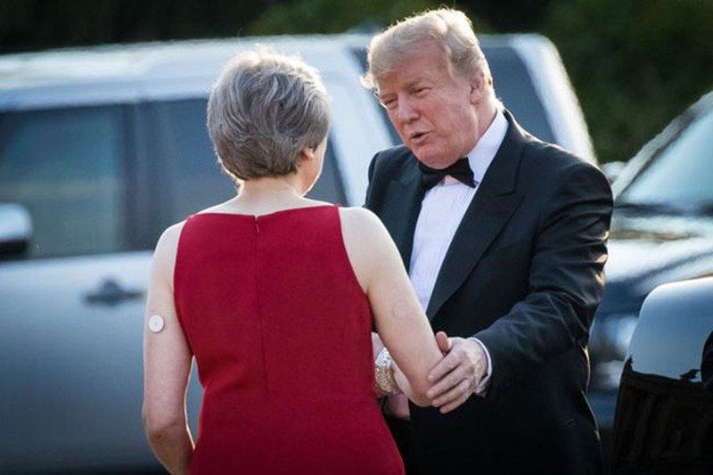 Tổng thống Mỹ bắt tay Thủ tướng Anh trong cuộc gặp hôm 12/7. Ảnh: REX.